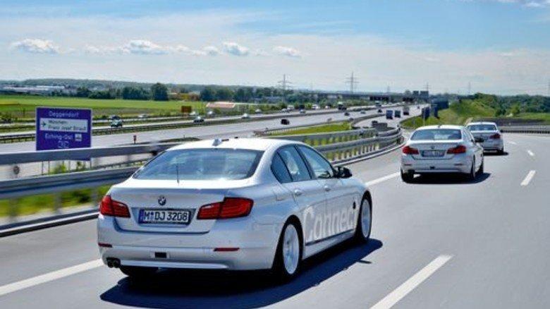 Im Konvoi: Drei BMW-Testautos beim eigenständigen Wechsel der Autobahn. Foto: BMW