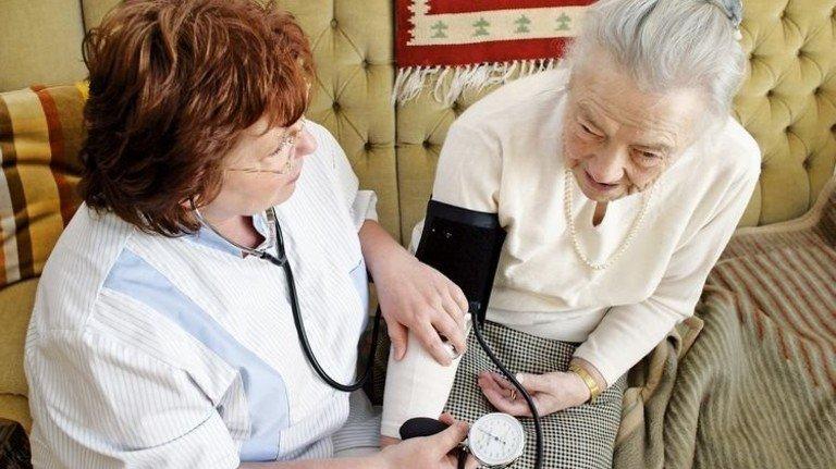 Häusliche Pflege: Demnächst erhalten auch Demenzkranke Leistungen aus der Pflegekasse. Foto: Mauritius