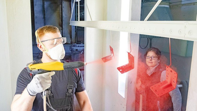 In der Beschichtungsbox: Azubi Christian Fusca erlernt bei Tennhard den neuen Beruf Beschichtungstechniker.