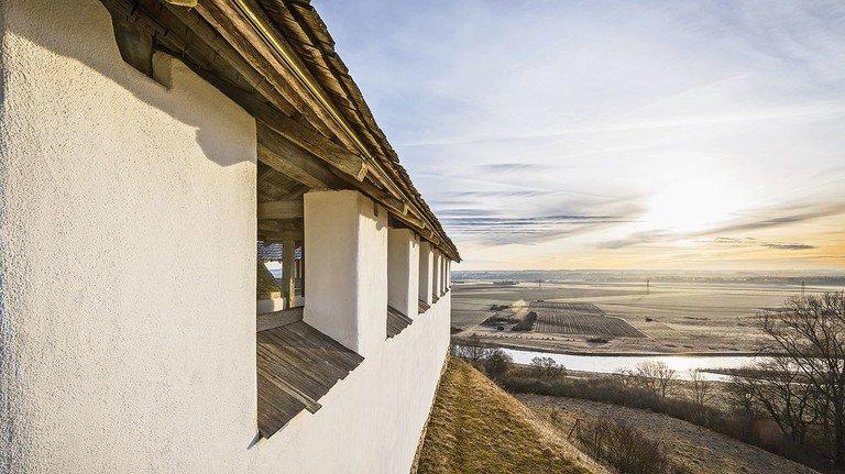 Freilichtmuseum Heuneburg: Die Lehmziegelmauer wurde rekonstruiert.