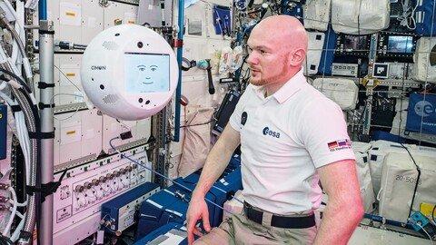 """2018: """"Cimon"""" und der Astronaut Alexander Gerst arbeiten auf der internationalen Raumstation ISS zusammen."""