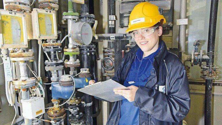 Alles im Blick: Franziska Hilmer mit einer Checkliste beim Kontrollgang.