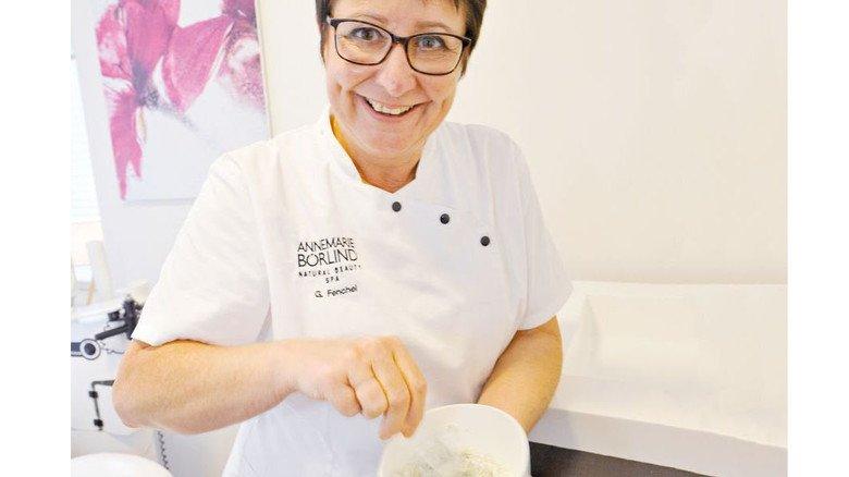 Kosmetikerin mit Leib und Seele: Kosmetikerin Gabi Fenchel beim Anrühren einer Creme. Foto: Sigwart