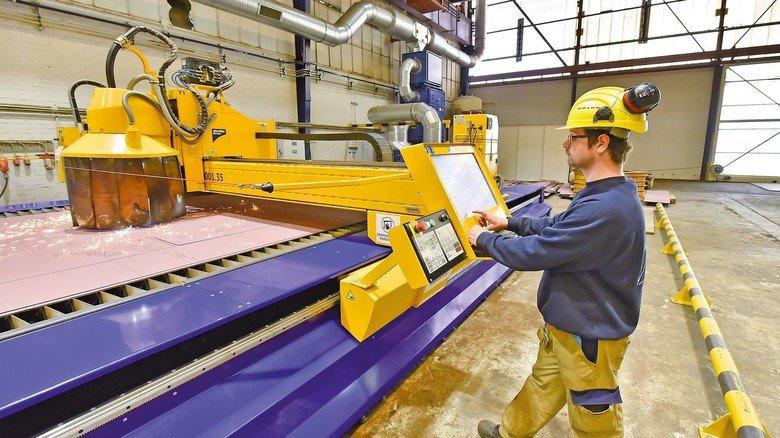 Komplexes Schnittmuster: Die Stahlplatten für die Schiffe werden auf einer modernen Plasma-Brennanlage zugeschnitten.