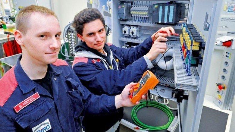 Ein gutes Team: Simon Krätzel (links) und Bastian Rauch lernen Elektroniker für Automatisierungstechnik. Foto: Sigwart