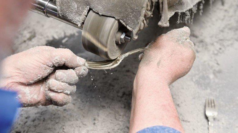Polieren: Zum Schluss wird das Metall geschliffen, bis es blitzt. Foto: Weizenegger