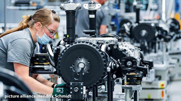 Arbeitsplatz mit Zukunft: Montage von Fahrwerksystemen für VW-Elektroautos.