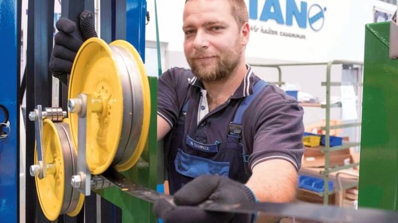 Für Härtefälle: Heiko Schmitz montiert eine Sondermaschine, die später Stahlcoils umreifen wird. Foto: Roth