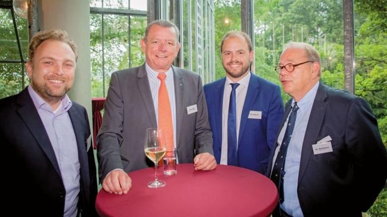 An einem Tisch: Christoph Neumann (Campus Symposium), die Unternehmer J. Wolfgang Kirchhoff und Felix Heutelbeck  sowie Dr. Luitwin Mallmann (von links). Foto: Nougrigat