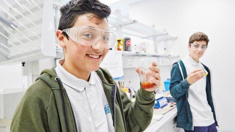 Forscherdrang: Ob Physik, Chemie oder Bio – durch eigene Experimente wird der Schulstoff verständlich. Foto: Höhne