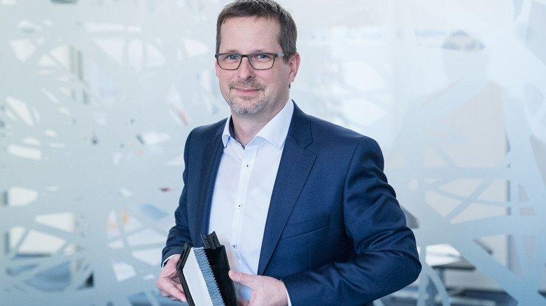 Zuversichtlich: Chemieingenieur Felix Herberg – hier mit einem Brennstoffzellenfilter in der Hand – setzt auf die innovative Technologie.