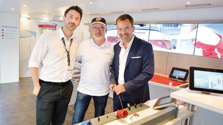 Vertreter der Eintracht im Truck: Michael Zink und Tim Jäger (links) sowie Friedrich Avenarius (Hessenmetall).