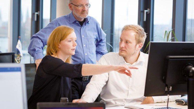 Voneinander lernen: Mitarbeiter im Gespräch. Foto: Werk