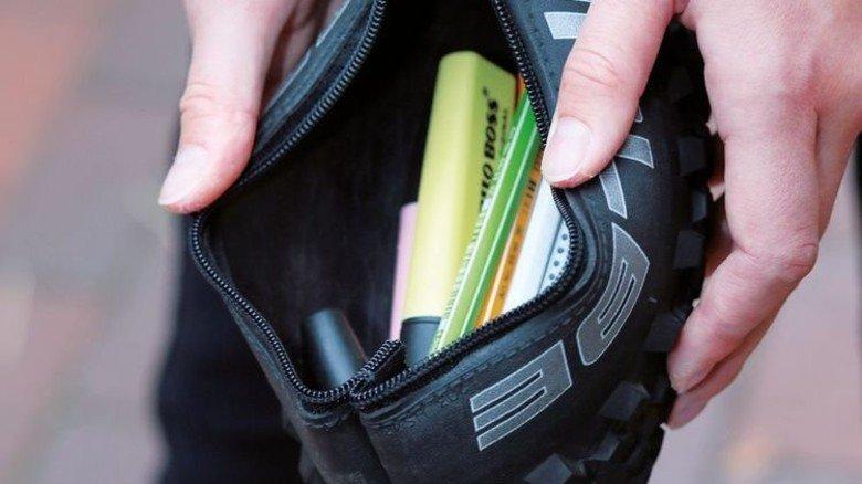 Sicher verstaut: So ein Gummimäppchen bietet viel Platz für Schreiber und Markierstifte. Foto: Gossmann