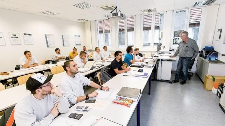 Mathe-Unterricht: Ausbilder Ulrich Schindler vermittelt Theorie direkt im Betrieb. Foto: Mierendorf