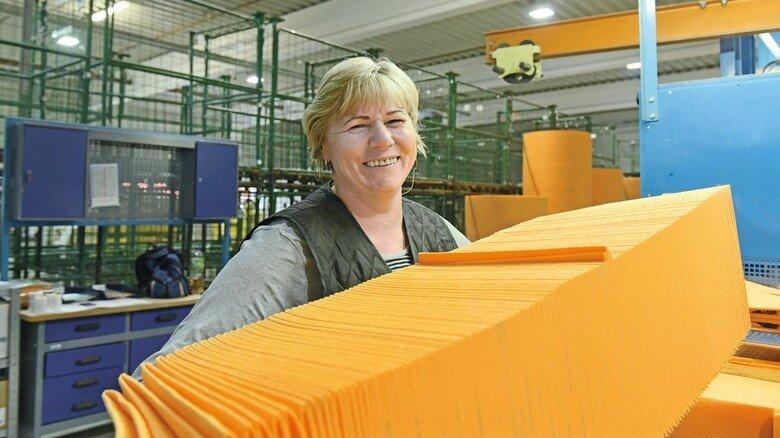 Zum Hausgebrauch: Frieda Dück mit Mikrofasertüchern, die bei TWE in Emsdetten hergestellt werden.