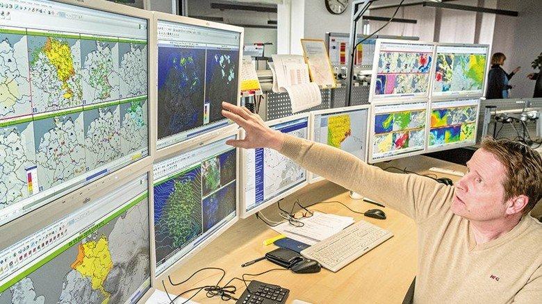 Enorm schnell: Meteorologe Franz Molé interpretiert die Wetterdaten. Foto: Roth