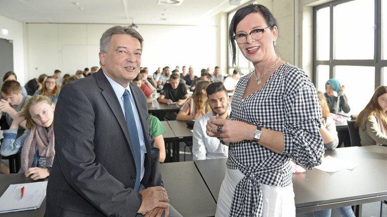 Vor Corona: Schulleiter Thomas Döring und seine Stellvertreterin Anke Hollkot in einer voll besetzten Klasse.