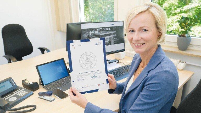 Mit der Urkunde vom Arbeitsminister: Maja Vogt hat mit einem Projektteam den Wandel im Unternehmen vorangetrieben.