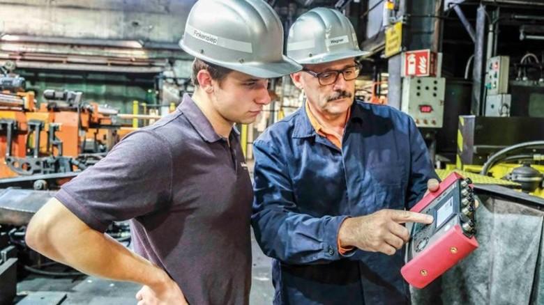 Händchen für die Technik: Ausbildungsleiter Thomas Wagner mit seinem Azubi am Warmwalzwerk. Foto: Roth