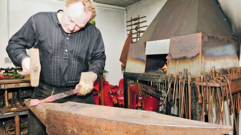 Freizeit-Schmied Schrinner: Manchmal nutzt ihm sein Hobby auch beim Job in der Ferne. Foto: Privat