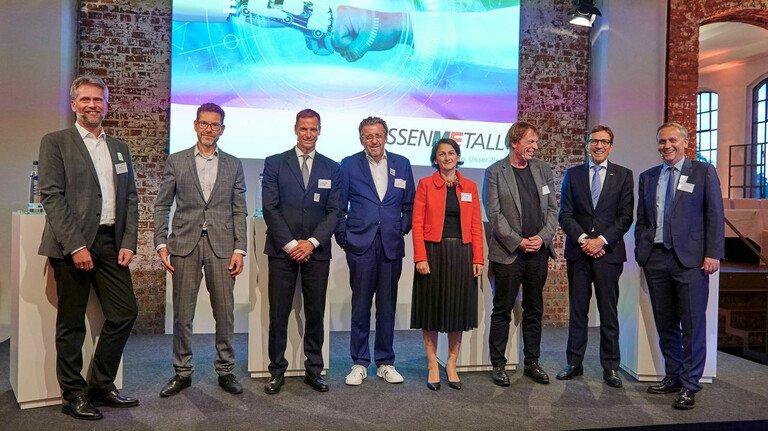 """Für sie ist die Industrie die Lösung für eine klimafreundliche Welt – und nicht das Problem: Die Redner beim 31.Hessenforum in der Klassikstadt Frankfurt mit Moderator und """"FAZ""""-Redakteur Sven Astheimer (ganz rechts)."""