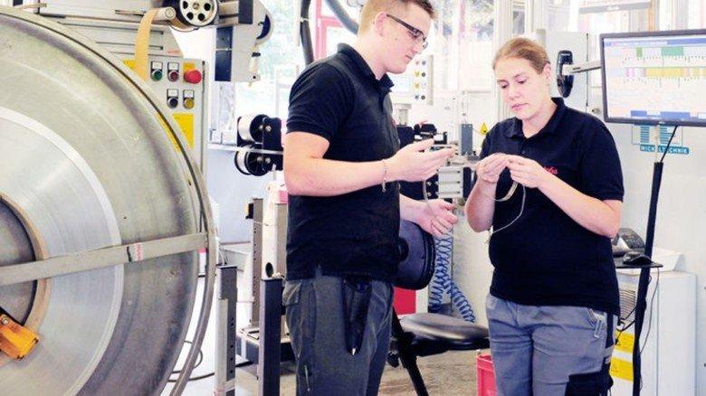 Fachgespräch: Qualitätsprüferin Ams mit Vassili Schmidt an der Bandveredelungsanlage. Foto: Wirtz