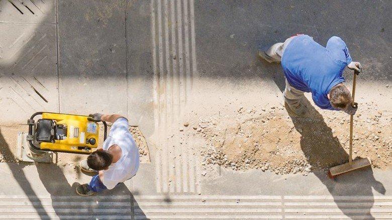 Straßenbau: In einigen Regionen ist es schon zu Engpässen gekommen. Foto: Adobe Stock