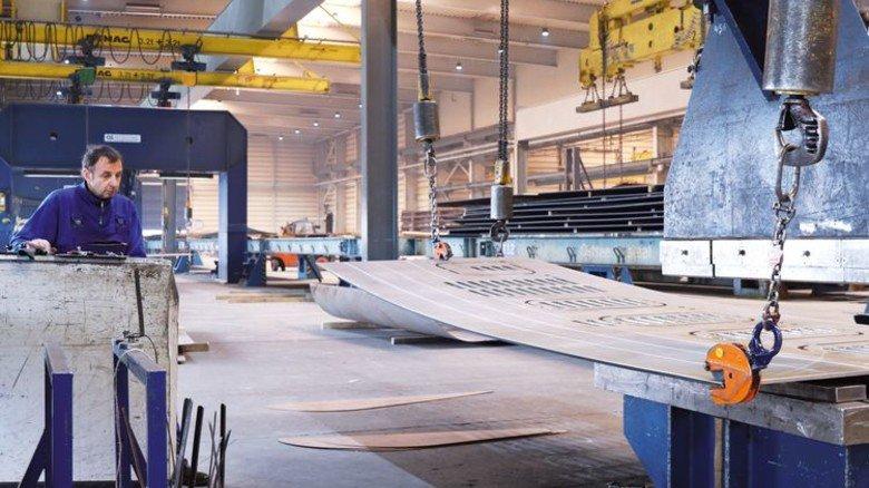 Am Steuerpult: Detlef Bahls bei der Arbeit an einer der neun Schiffbaupressen von Ostseestaal. Foto: Ostseestaal