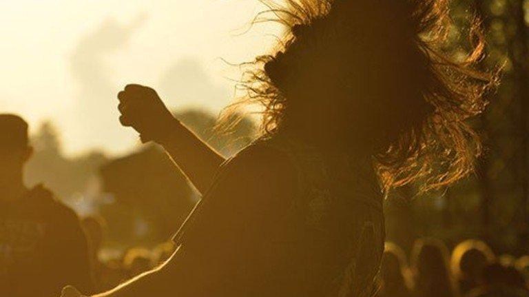 Fliegende Rocker-Mähne: Ein Festivalbesucher im Tanzrausch. Foto: Getty