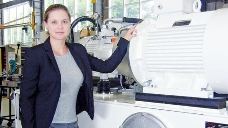 Zulieferer für die Industrie: Carmen Schnupp vor einer Hydraulikpresse aus ihrem Unternehmen. Foto: Werk
