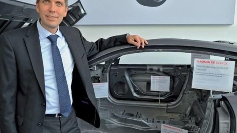 Entspannt: Jürgen Däuber lehnt an einer Karosserie im Showroom. Foto: Sigwart