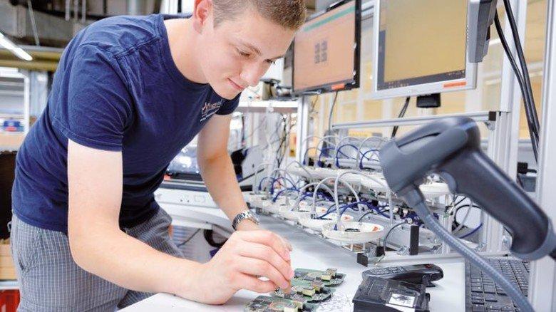 Funktionsprüfung: Industrieelektroniker Raphael Mäder testet Leiterplatten. Foto: Scheffler