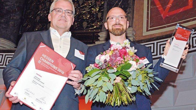 Sieger in der Kategorie Weltmarktführer: Horst Köhler und Oliver Widy von HEWI in Bad Arolsen. Foto: Scheffler