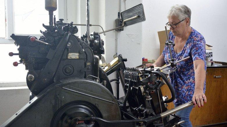 Umfangreicher Maschinenpark: Die altgediente Nut- und  Lochmaschine wird von Roswitha Tischler bedient.