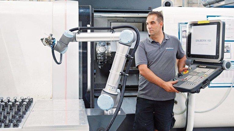 Digitaler Partner: Kadim Anlamaz und UR 10 ergänzen sich an der Futterdrehmaschine.