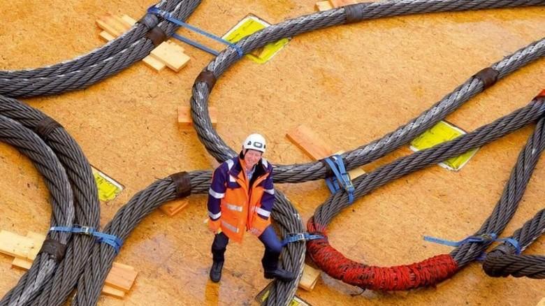 André Hamers, Projektleiter der Hotelplattform, zeigt die Tragseile für den Transport. Foto: Augustin
