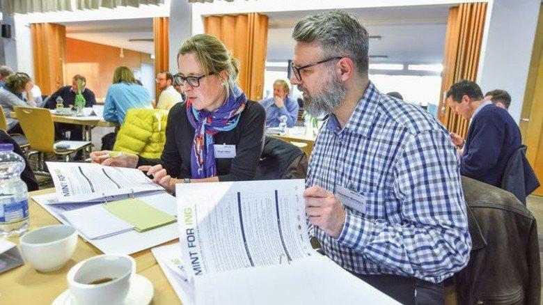 """Kennenlernen bei """"Mint for Ing"""": Bei dem Termin in Bremen trafen sich insgesamt 20 Teams aus Pädagogen und Ingenieuren. Foto: Christian Augustin"""