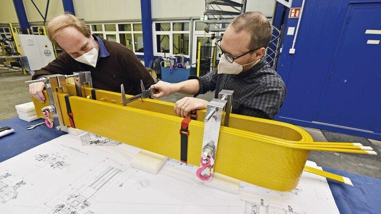 Kontrolle: Kevin Rachor (links) überprüft eine Spule.