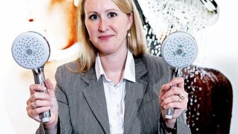 Vergleich: Carmen Vetter zeigt Original (rechts) und Fälschung der Hansgrohe-Handbrause Chromo. Foto: Mierendorf