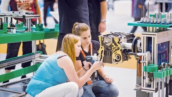 Beim Autobau: Junge Frauen probieren aus. Foto: IDEENEXPO