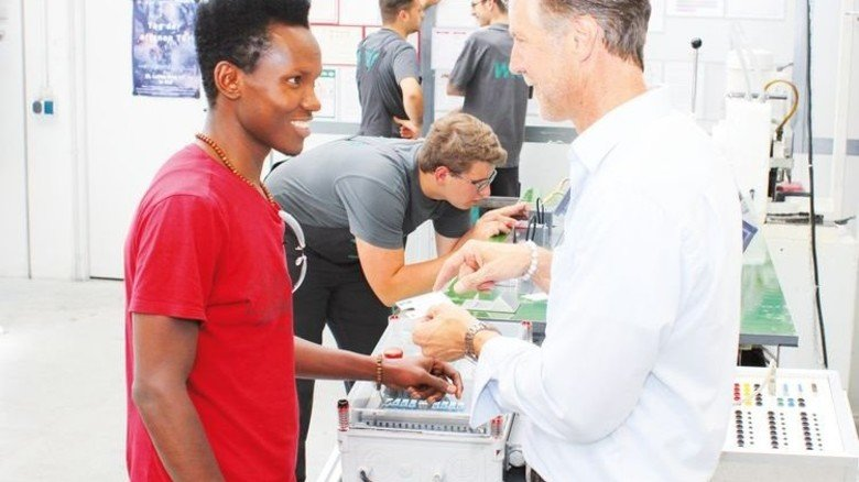 Nimmt sich Zeit: Ausbilder Markus Pedall (rechts) mit Flüchtling Boubacar Barry. Foto: Werk