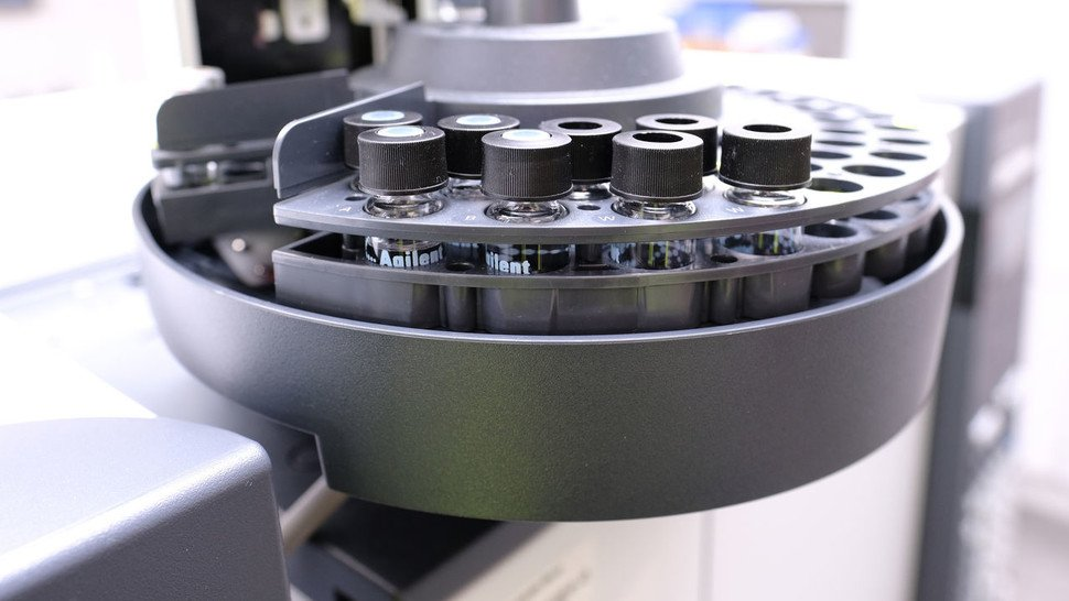 Im Gaschromatografen wird das Parfüm in seine Bestandteile zerlegt.