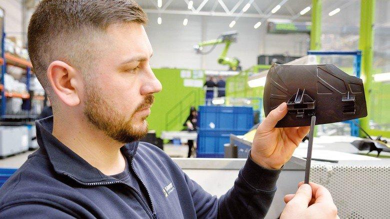 Konfektionierung: Fidan Metaj fügt bei sauer product in Dieburg  zwei Kunststoff-Bauteile zusammen.