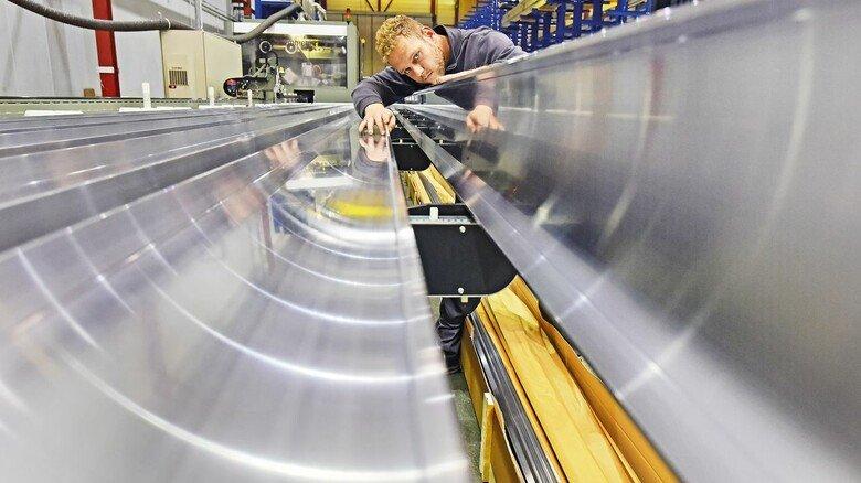 Prüfung: Torsten Becker, Leiter der CNC-Fertigung, kontrolliert die Qualität der angelieferten Alu-Trägerprofile.
