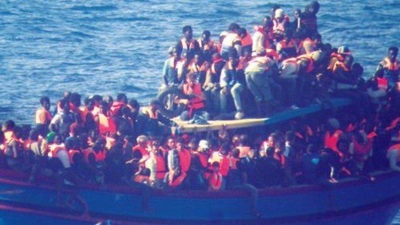 Eritrea: Flucht übers Meer. Boot mit afrikanischen Flüchtlingen auf dem Mittelmeer vor Sizilien. Menschen aus Eritrea stellten zuletzt die zweitgrößte Flüchtlingsgruppe in Deutschland. Foto: dpa