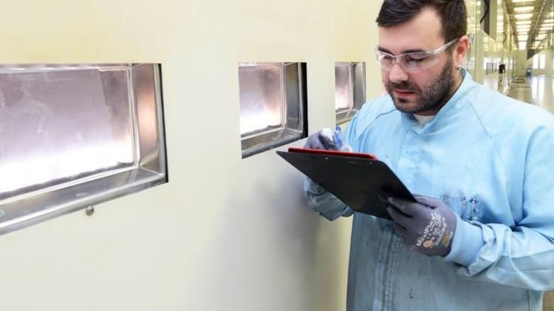 Durchblick: Marcel Perner kontrolliert eine Vorstufe der Quarzglas-Produktion. Foto: Sturm