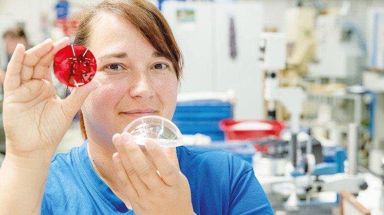 Routiniert: Feinoptikerin Nadine Dose mit fertig polierten Glaslinsen.