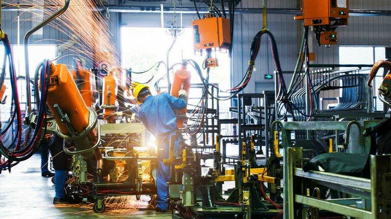 Metall- und Elektro-Industrie: Die Betriebe müssen und Maschinen und Anlagen investieren. In der Tarifrunde hat für die Arbeitgeber die Sicherung der Jobs Priorität.
