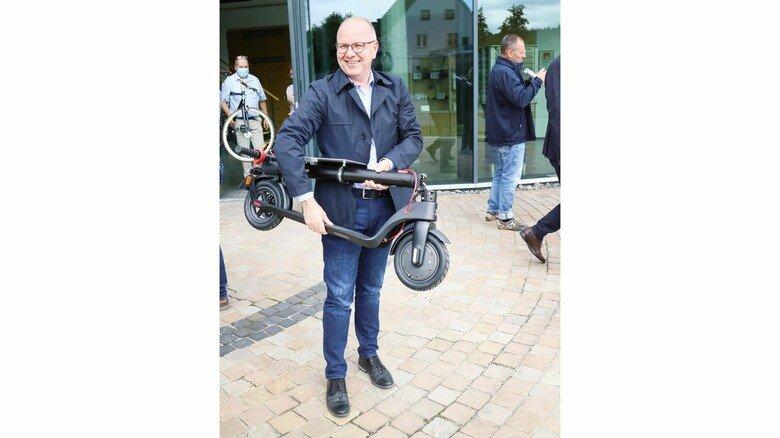 Im Handgepäck: Balves Stadtwerke-Geschäftsführer Alexander Nickel zeigt, wie praktisch der E-Scooter ist.
